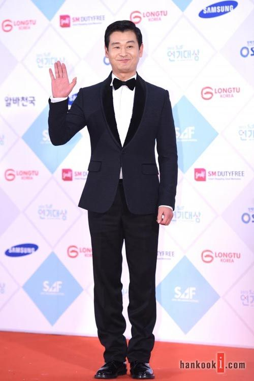 SBS Drama Awards wouldn't be complete without Park Hyuk Kwon.  I really love him in Six Flying Dragons.  I thought I said that a hundred times!!!