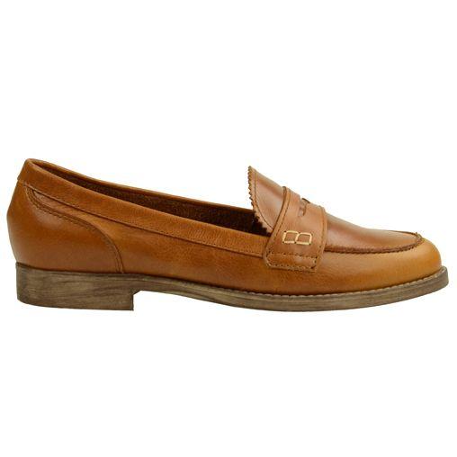 Deze vintage loafers zijn gemaakt van stevig leer en hebben een stevige rubberen zool. Over de neus zit een sierstuk leer, de binnenzijde is van soepel leer en de buitenzijde is van gladleer. De hak is 2 cm hoog.