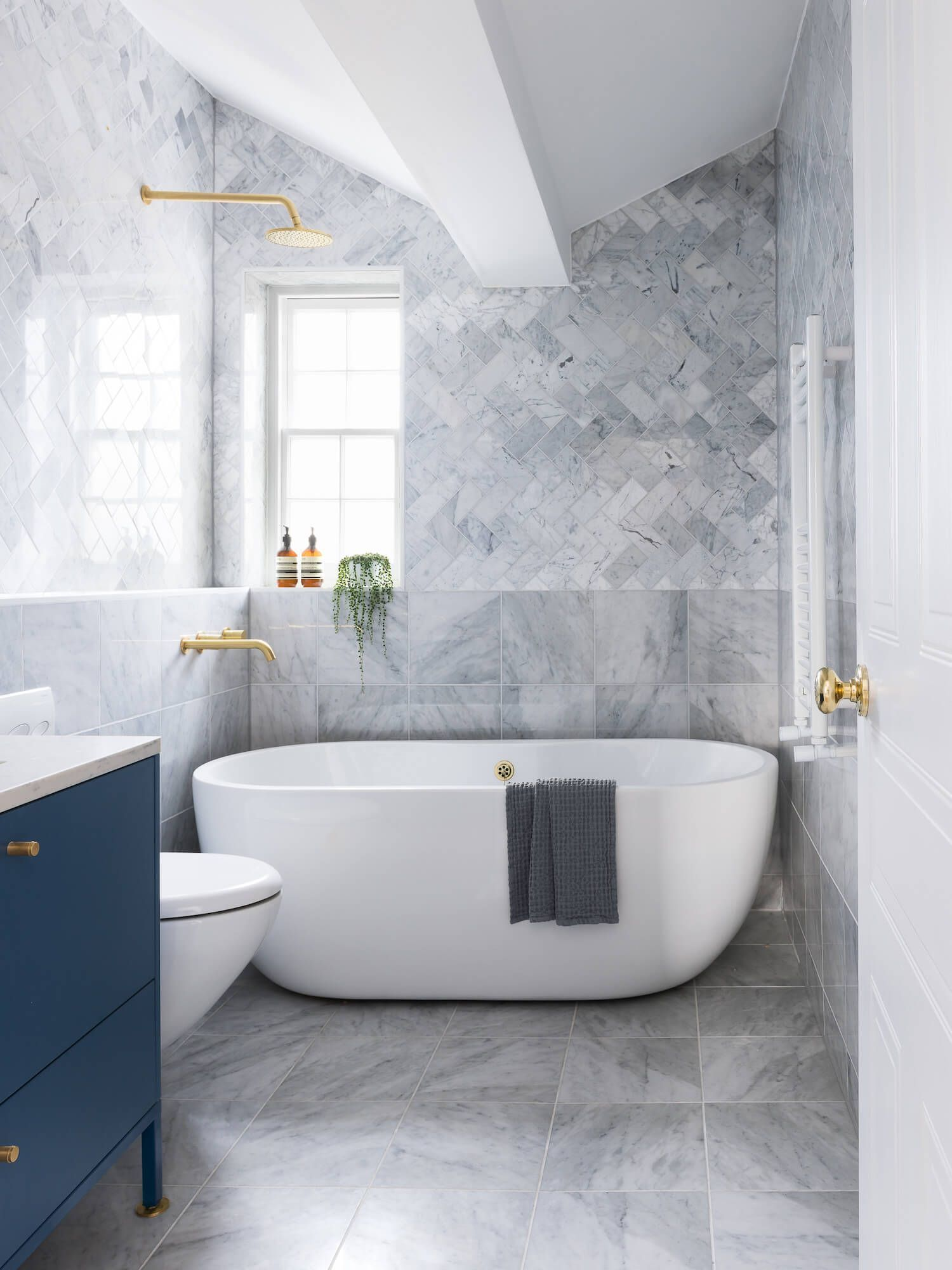The Powder Room Is Narrow But It Feels More Spacious Because Of The Rows Of Mirrors Placed Luxury Bathroom Master Baths Top Bathroom Design Bathroom Interior
