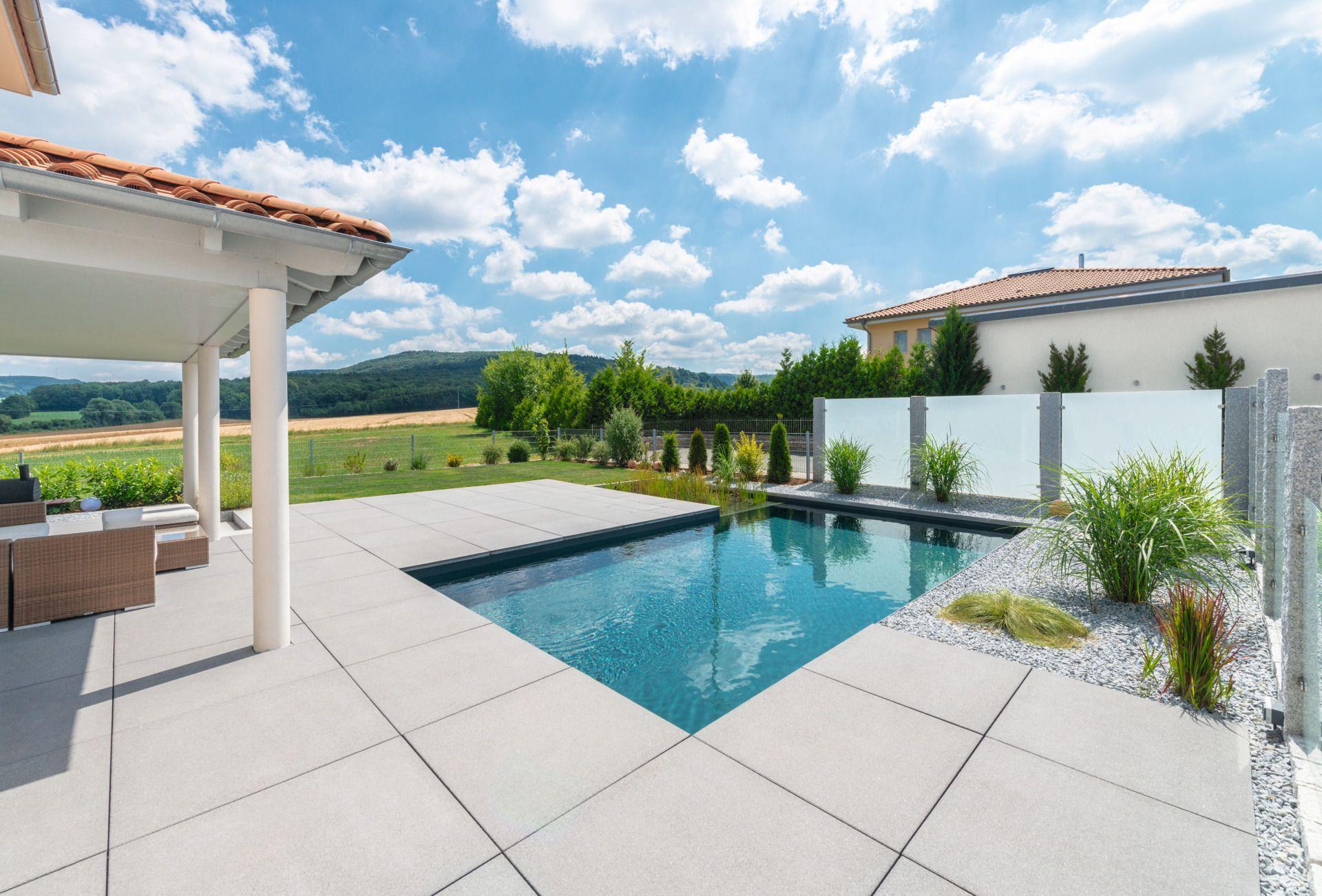 Helle Terrassenplatten Für Eine Ansprechende Poolgestaltung Im Eigenen  Garten