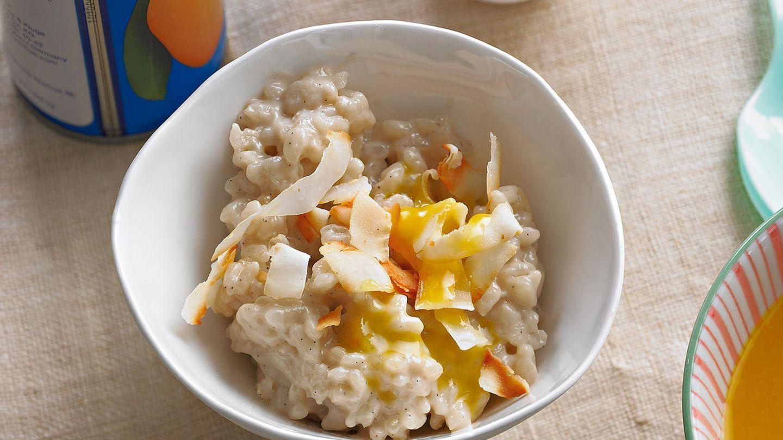 Süß, sämig, super vielseitig: Kokosmilch ist ein Muss in der Asia-Küche. Wir servieren ihn mit einer Mangosoße.