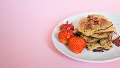 Glutenfreie Pfannkuchen ohne Nüsse ➤ Dafür mit frischen Eiern, cremiger Kokosbutter und leckeren Datteln ➤ Besser als mit Pfannkuchen kann ein Tag nicht starten.