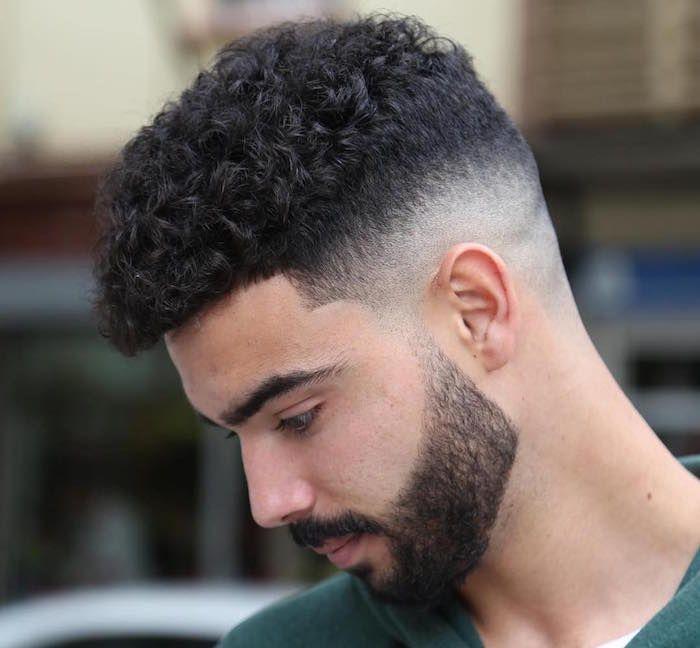 Coupe de cheveux pour hommes avec des branches droites
