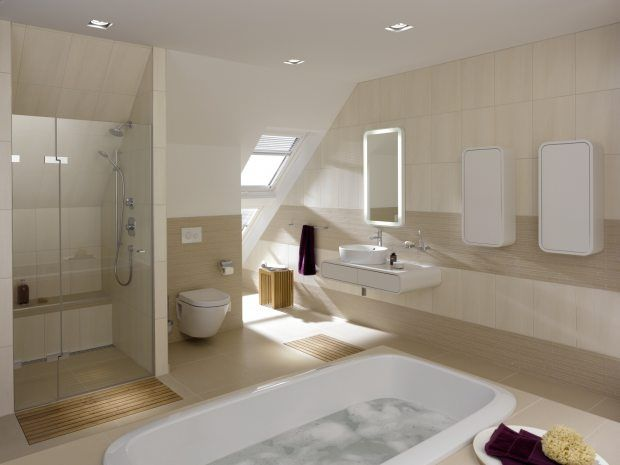 Badezimmer mit Dusche und Badewanne von Toto unter dem Dach Sandste