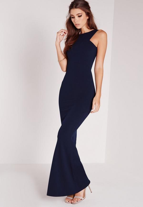 af5788d70c8 Faites-vous un look classe des pieds à la tête avec cette robe longue bleu  marine vraiment tendance. Coupe sans manches évasée