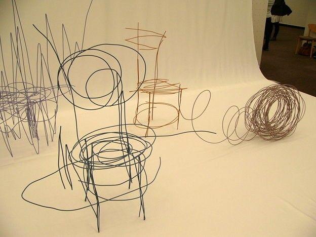Jeune étudiant de l'Université des Arts de Tokyo, Daigo Fukawa réalise pour sa thèse, une collection de meubles intitulée Rough Sketch Products. Comme son nom l'indique, les meubles semblent sortir tout droit d'une planche d'ébauche, un gribouillage parmi tant d'autres.  Dans un monde où la consommation ne cesse d'augmenter, où la vie des objets est de plus en plus courte, les étapes de fabrication deviennent de plus en plus brèves et quoi de plus rapide que de reproduire un croquis ?