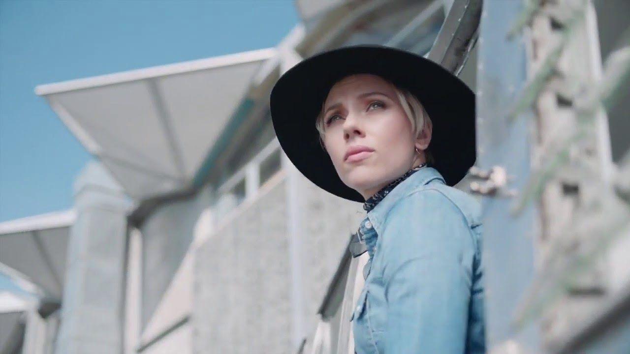 Scarlett Johansson con un ala ancha; anuncio del P9 de Huawei #Style #Hat #Cinema