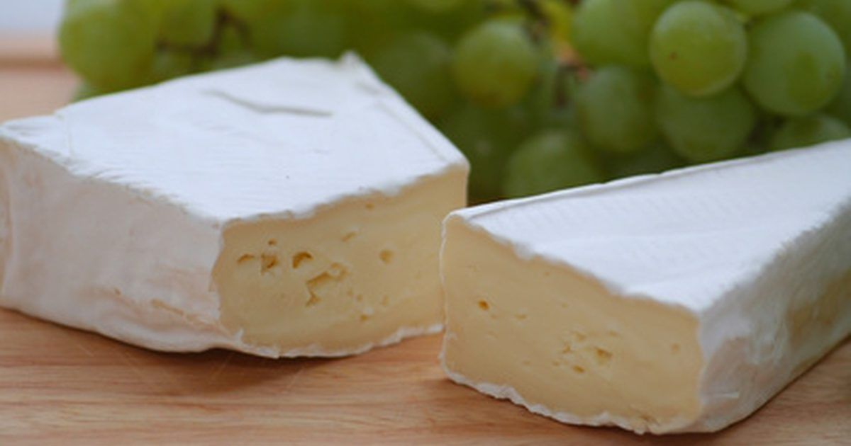 Como assar um queijo brie. O brie é um aperitivo fácil e maravilhoso do qual muitas pessoas gostam. Também é um queijo ótimo para piqueniques. Você pode assar o brie em um forno em poucos minutos e por isso é uma ótima opção ao receber visitas inesperadas.