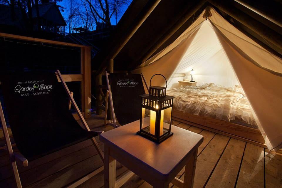 Tienda de campaña para parejas con porche y zona chill out.