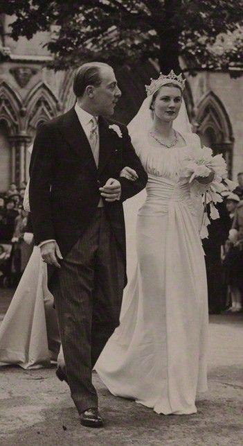 Risultato immagini per Viscount and Viscountess Cowdray wedding dress