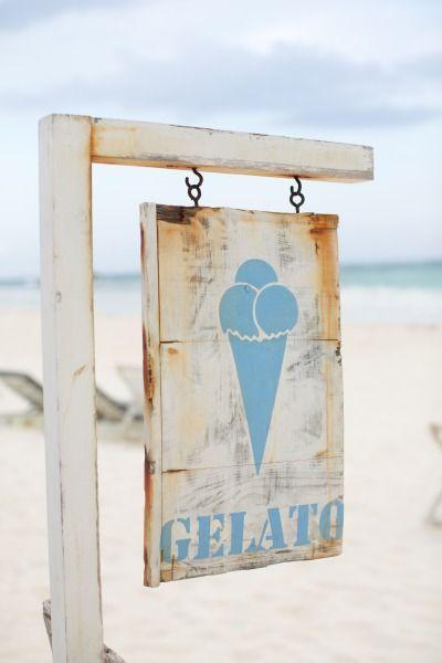 Rètol rústic a la platja