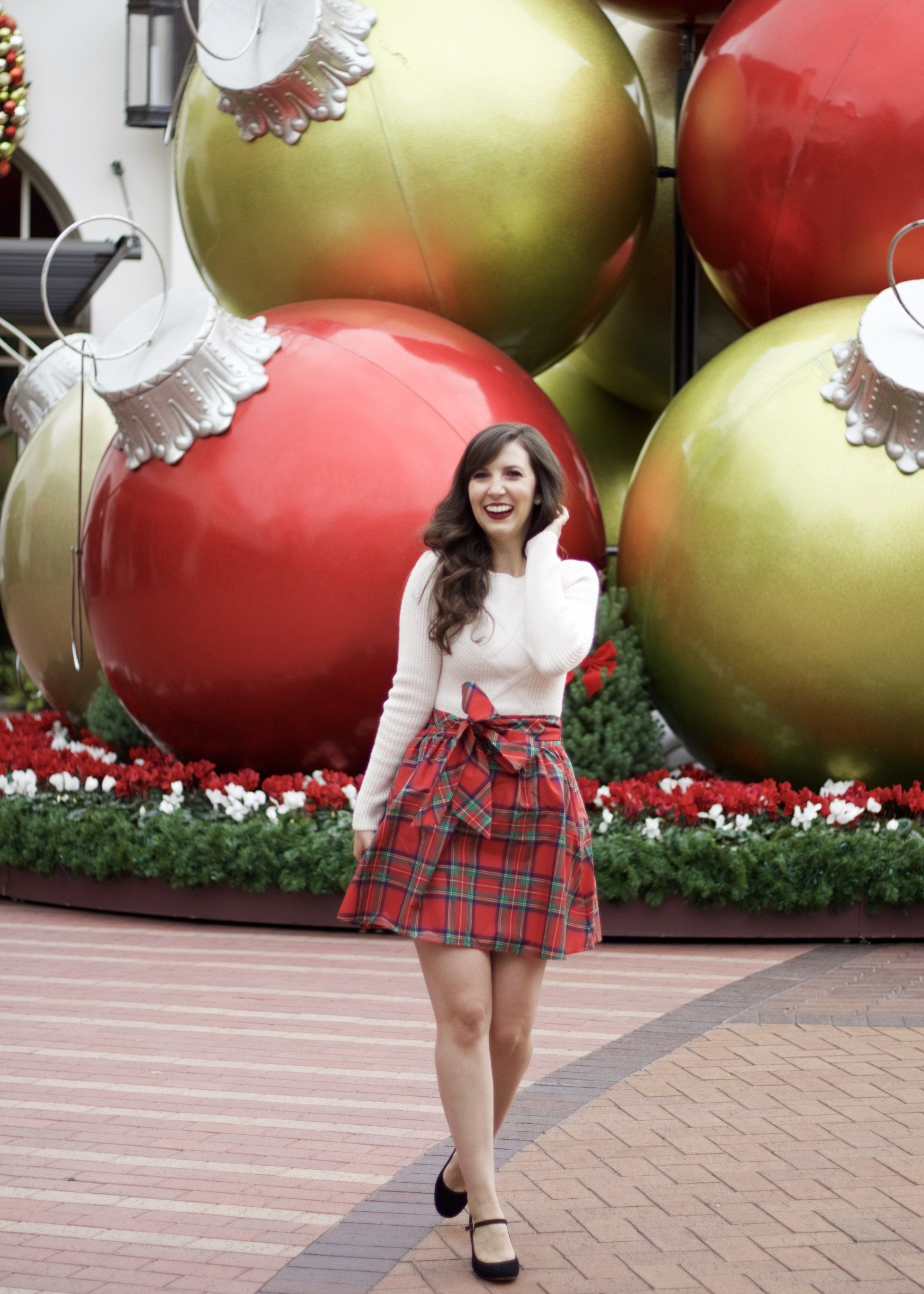 Christmas Plaid Outfit Inspiration. #plaid #christmasplaid #skirt #christmasoutfit #plaidskirt #bow #sweater #cableknit