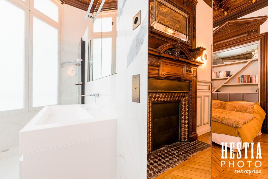 Chambre master avec salle de bain en marbre et cheminée / Master