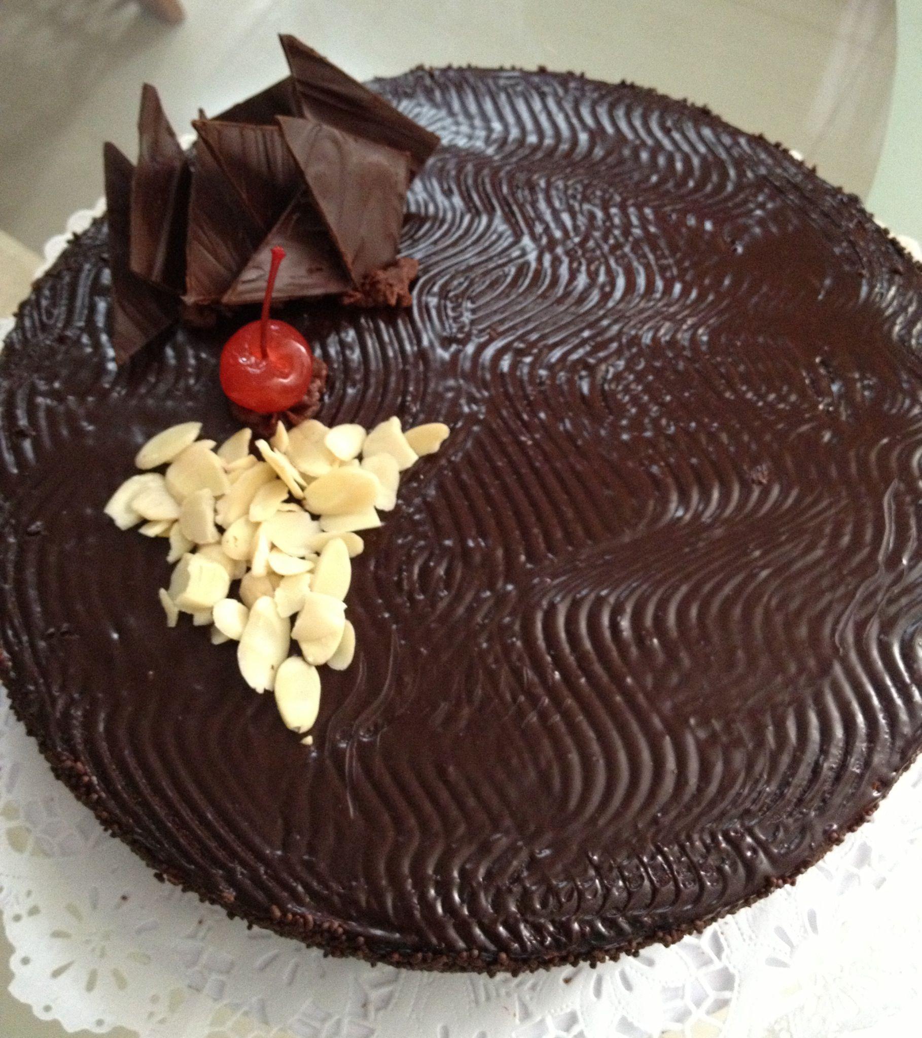 Tortas de chocolate, decorado con cerezas y almendras ...