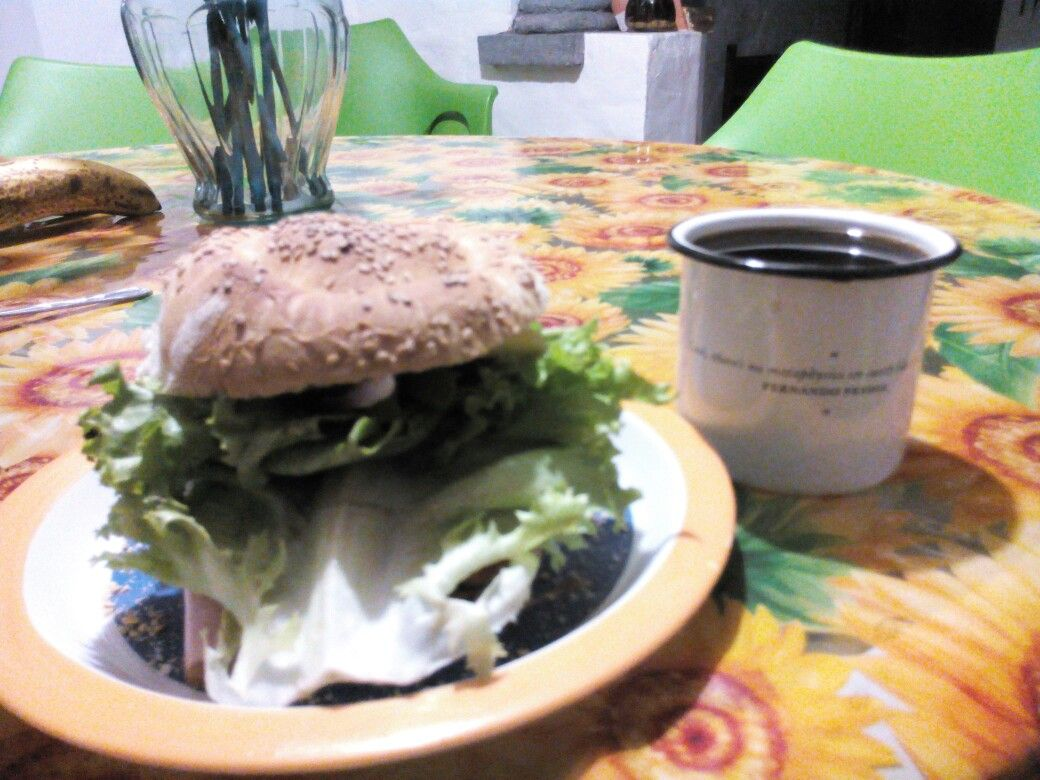 Pelona de Jamón Serrano con Pierna Envinada con Queso Manchego, acompañado de un Rico Café de Coatepec, tostado obscuro