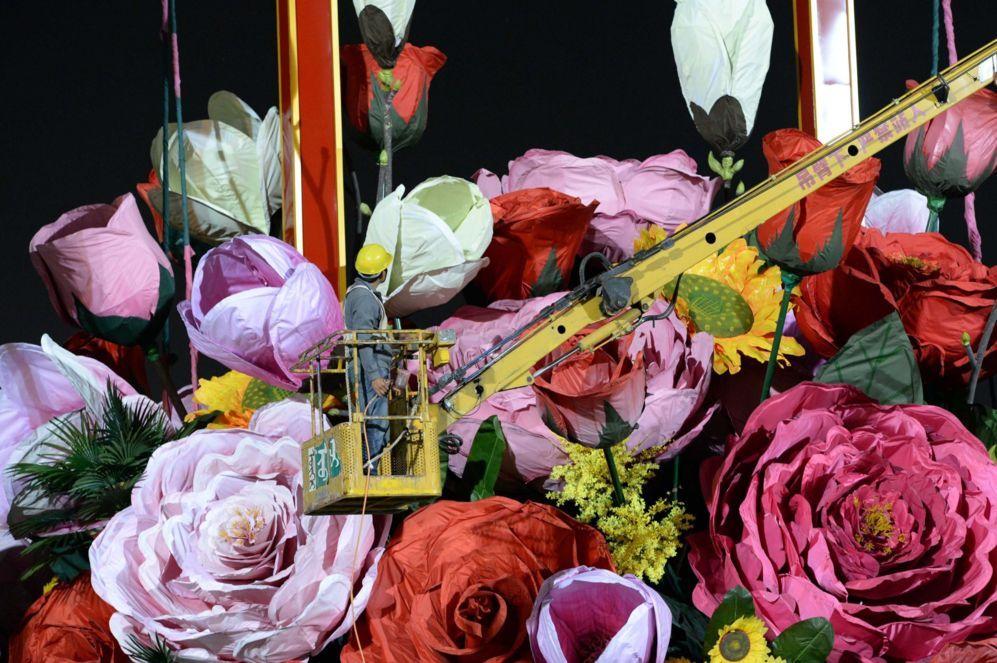 """La imagen muestra a un trabajador comprobando la enorme """"canasta de flores"""" para decorar la plaza de Tiananmen, conmemorando el próximo Día Nacional en Beijing."""