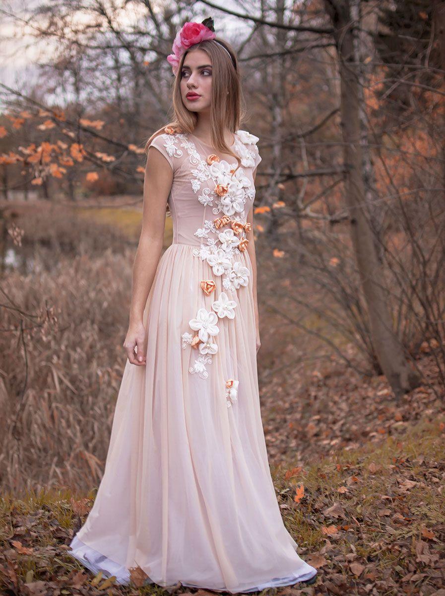 Krolowa Bajka To Misternie Haftowana Koronkami Oraz Recznie Wykonanymi Jedwabnymi Kwiatami Suknia Slubna Uszyta Z Lek Wedding Dresses Dresses Victorian Dress