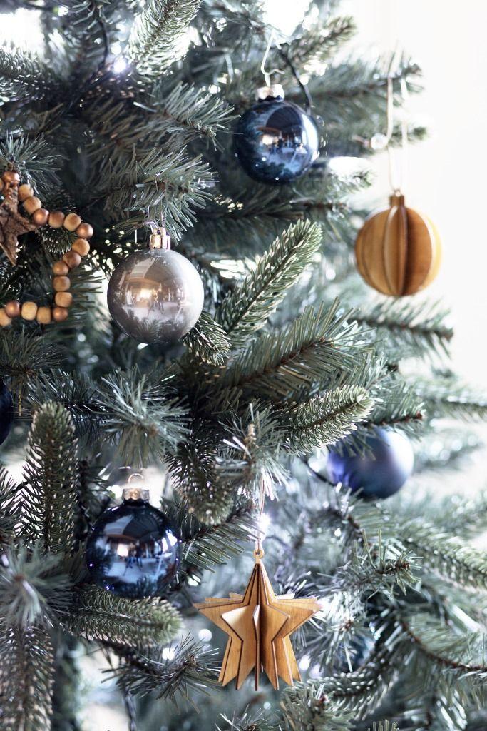 KARWEI | Donkerblauwe versiering matcht mooi met koperkleuren. #kerstboomversieringen2019