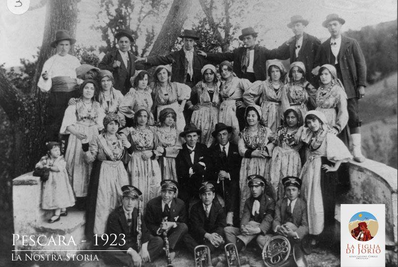"""Il coro folkloristico abruzzese di Orsogna nasce nel 1921 su iniziativa di Attilio Bartoletti il quale, con la collaborazione di alcuni giovani che già facevano parte della locale """"Schola Cantorum"""", inizia la prepazione di un programma folkloristico."""