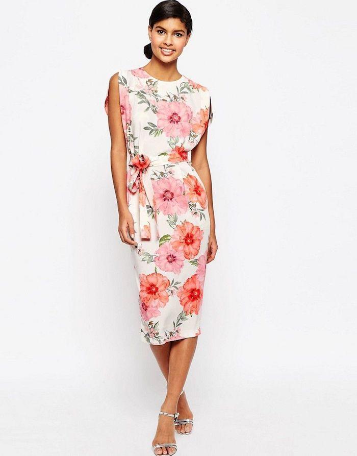 ein weißes Kleid mit rosa Blumen, ein Gürtel um die Taille, ein ...