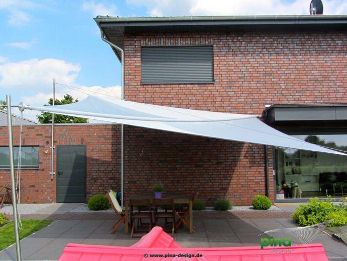 sonnensegel in manuell aufrollbar ber einer terrasse. Black Bedroom Furniture Sets. Home Design Ideas