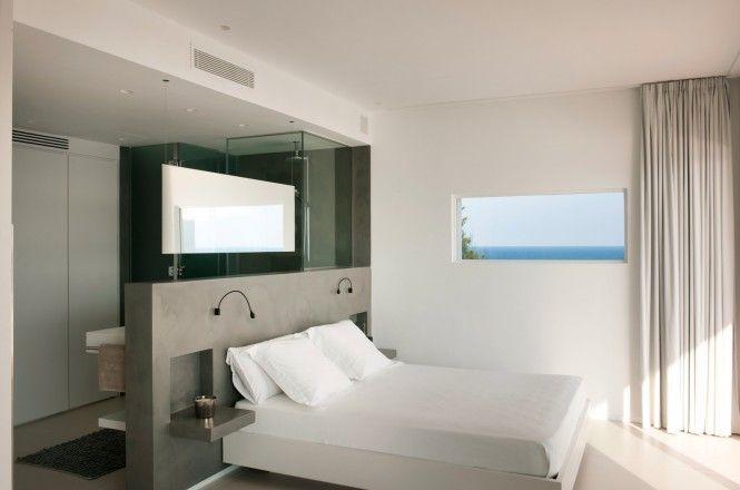 Une salle de bain ouverte dans une chambre à coucher - tête de lit ...