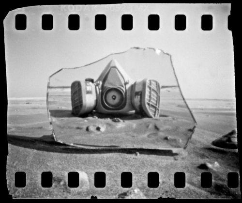 Las etiquetas más populares para esta imagen incluyen: gas mask pinhole camera