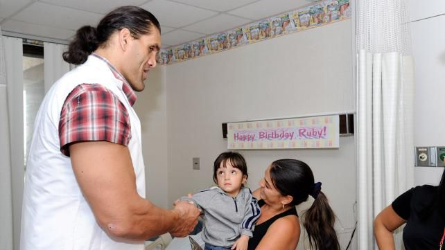 Great Khali Meets Ruby Childrens Hospital Photo Wwe Superstars