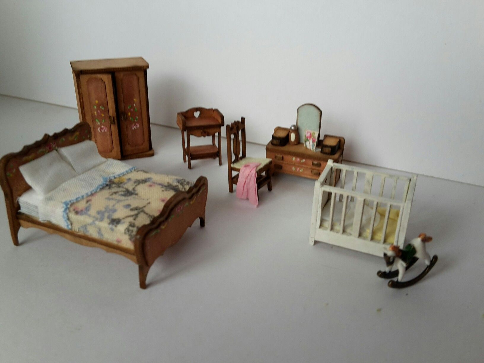 1.48 Quarter Scale Dolls House Bedroom Furniture Set