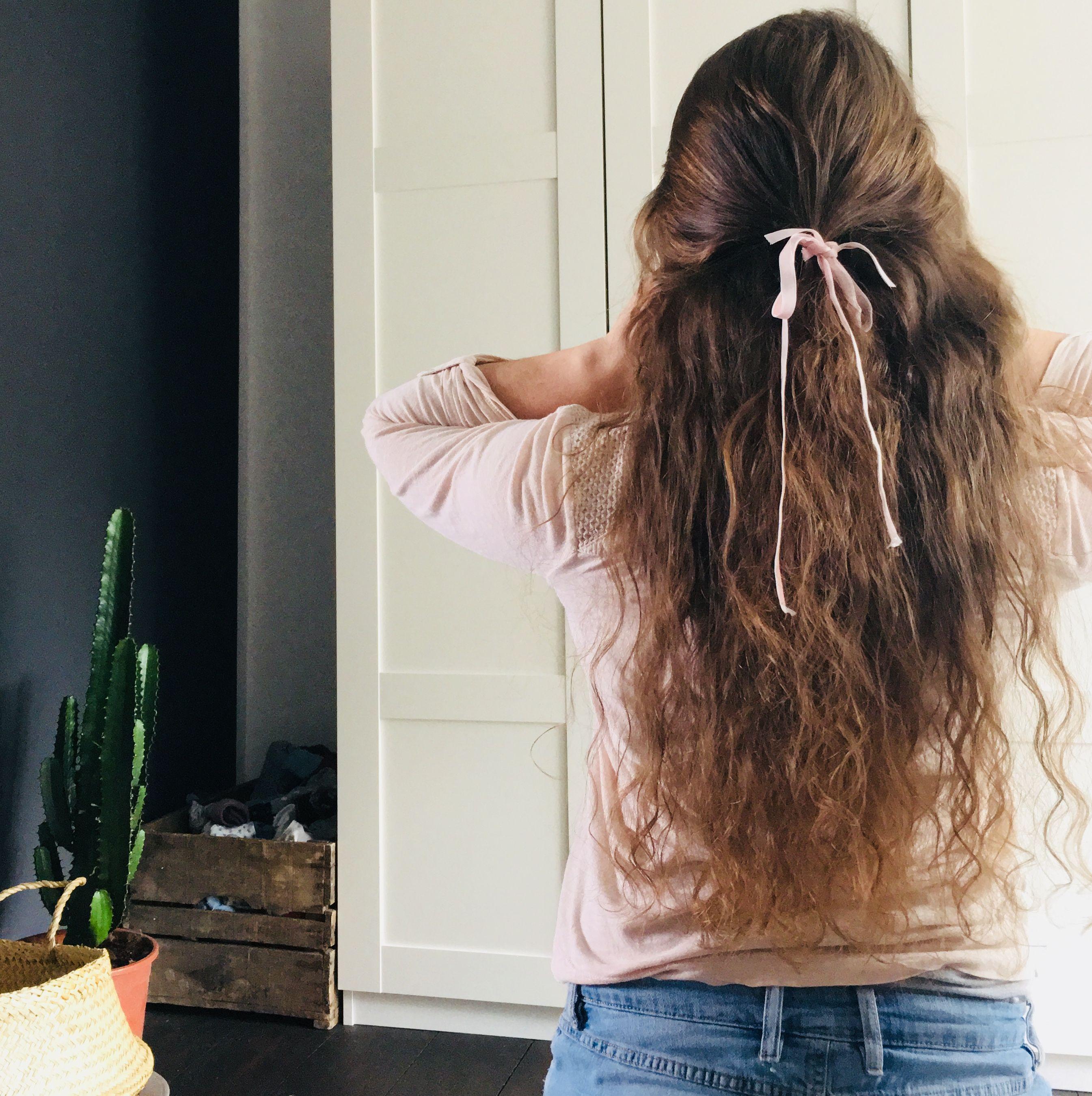 Картинка девушка стоит спиной с вьющимися волосами