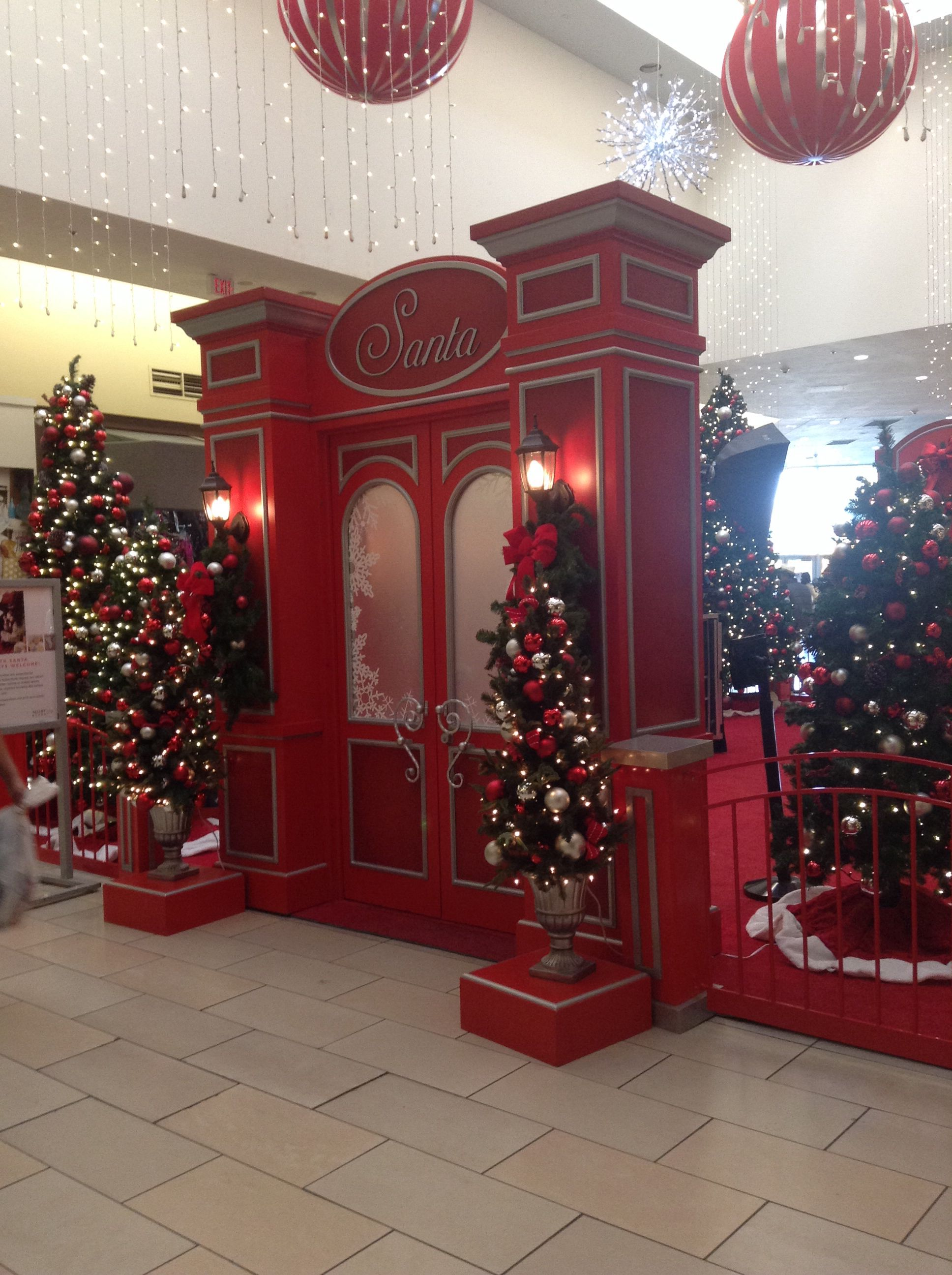 A Christmas decoration at the mall. | Elegant christmas ...