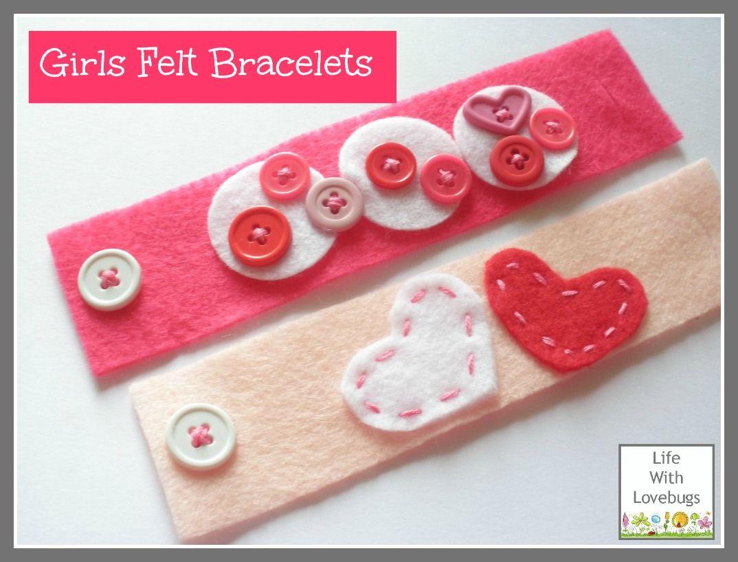 Un semplice braccialetto da realizzare con feltro e bottoni per i più piccini!