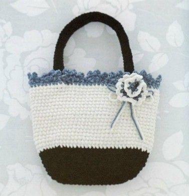Sacs aux carrés Granny ou en m. serrées , accompagnés de leurs grilles gratuites trouvés sur la page facebook de Free Cool Knitting/Crochet