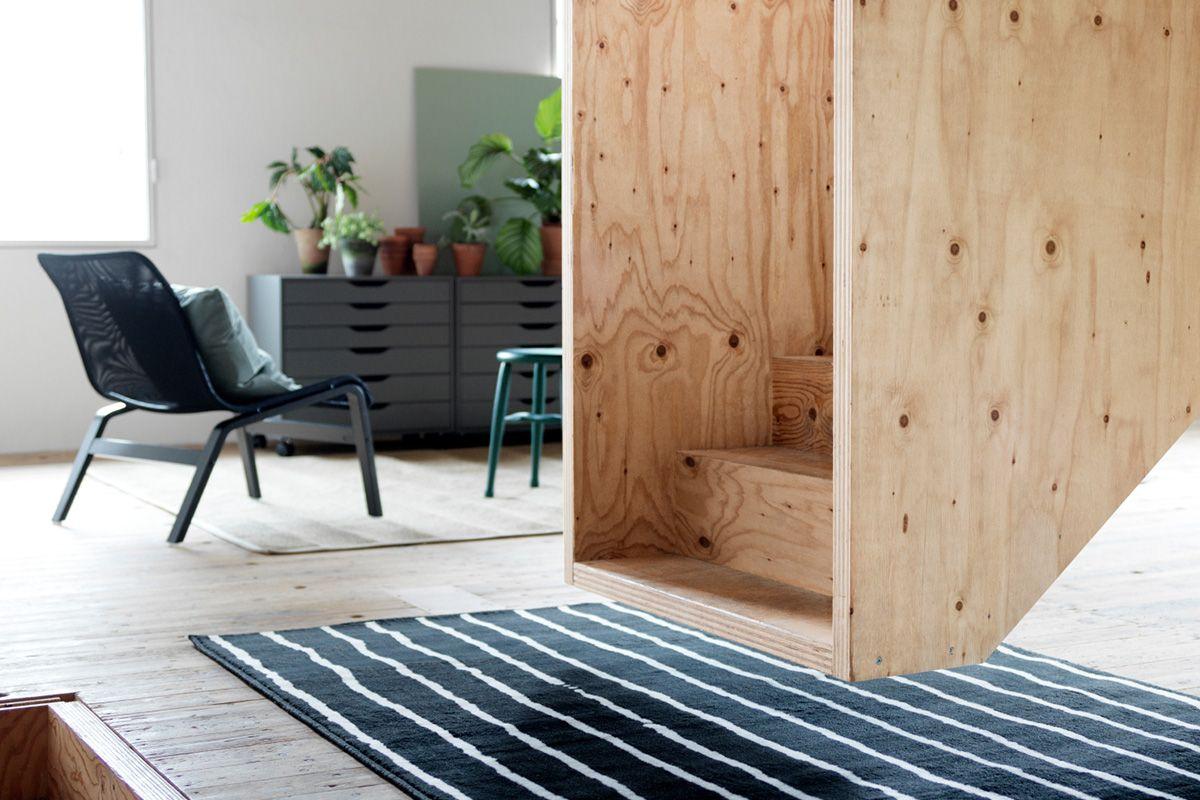 schwarz-weisser gÖrlÖse teppich von ikea auf altem parkett mit