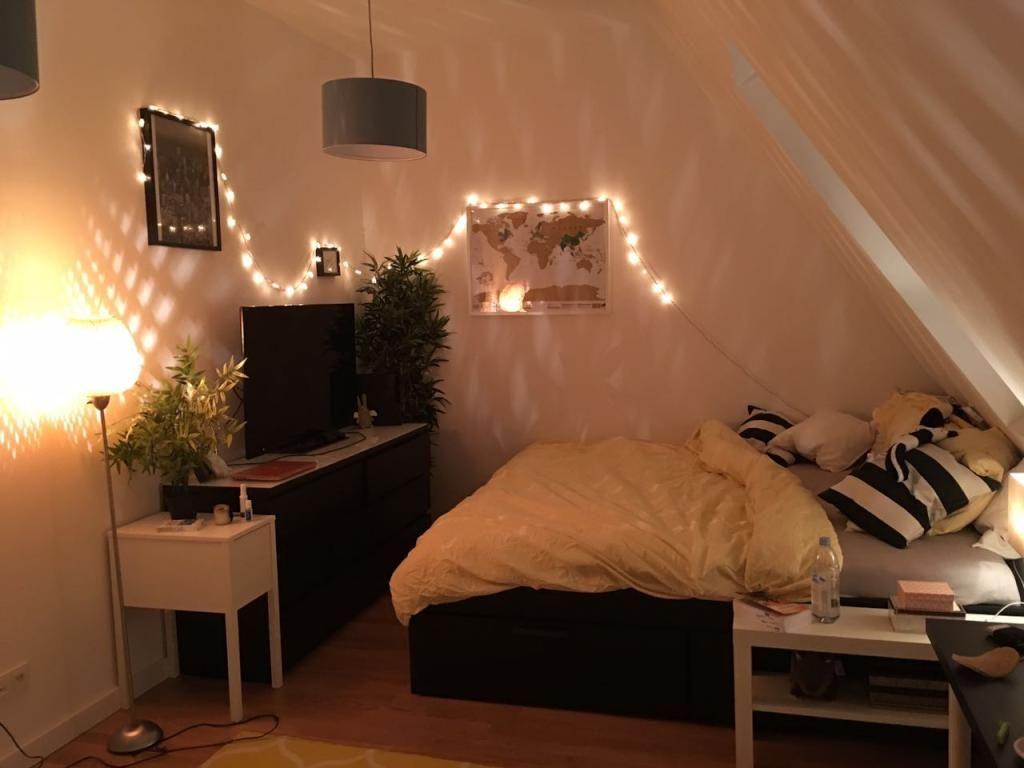 Gemütliche Wg Zimmer Einrichtung Mit Lichterkette Großem Bett Und Fernseher Wgzim Wg Zimmer Zimmer Mit Dachschräge Einrichten Zimmer Einrichten Jugendzimmer