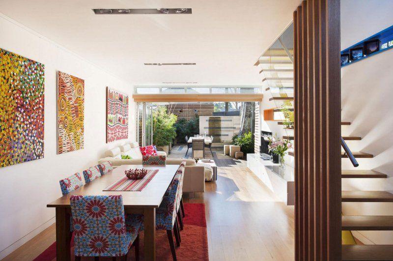 chaises salle à manger multicolores et table en bois massif assortie