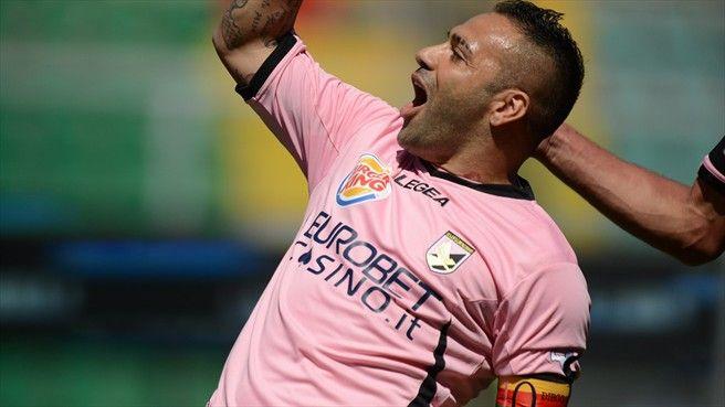 #ilromariodelsalento Fabrizio Miccoli celebrates his hat-trick against Chievo