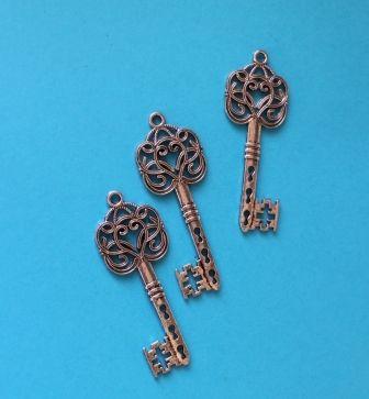 3 stk. Sølv farvede metal nøgler til dekoration. . Lette. ca. 6 cm.