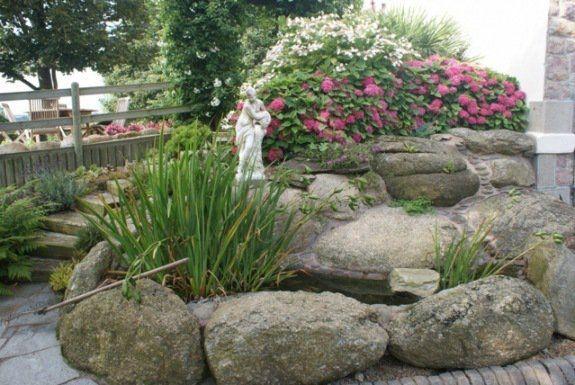 vue petite decoration jardin pierres statue | Plantes vivaces ...