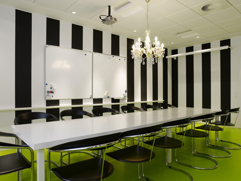 Grosse salle de réu avec tableau blanc nicest offices