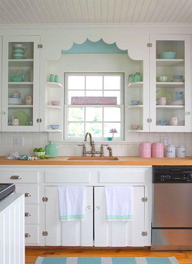 Cocina con techo y muros con listones de madera color blanco