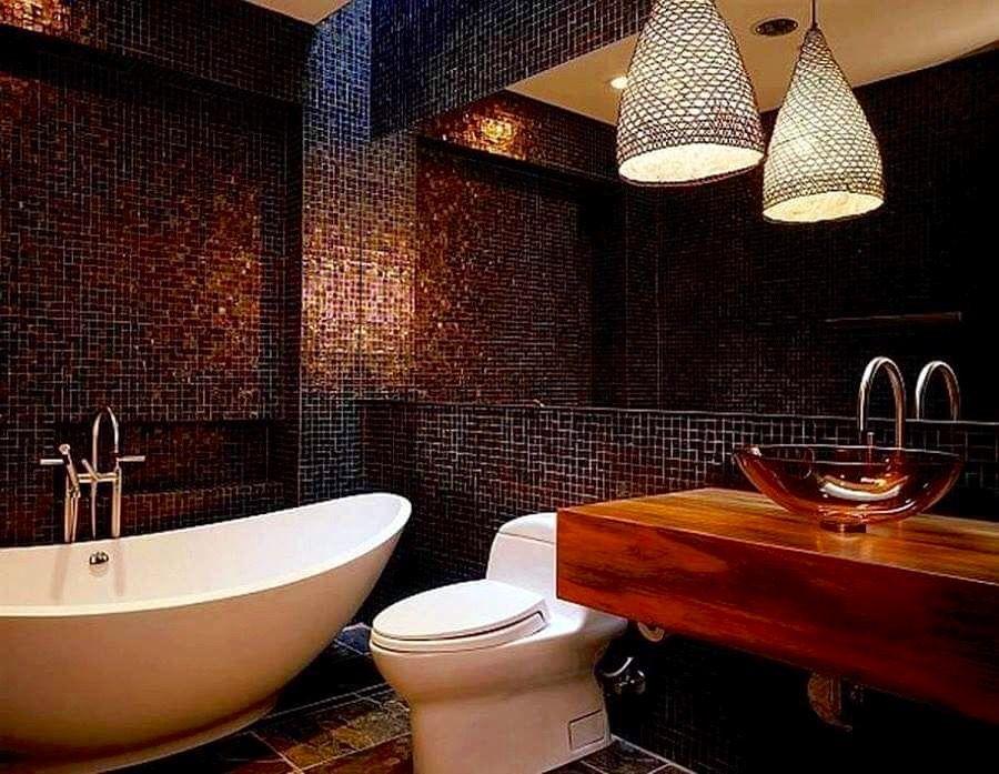 baño con tina blanca, paredes con brillo y tonos madera Baños