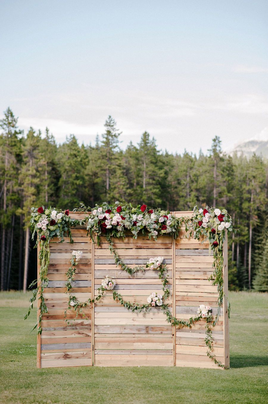 This pallet wedding ceremony backdrop is to die for! I love the creative  wedding ceremony decor idea. It would be easy for a DIY wedding!