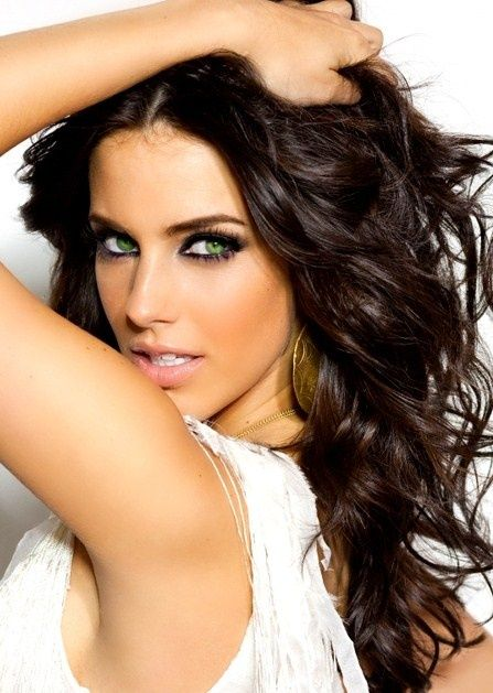 Green Eyes With Dark Hair Rocks With Traditional Smokey Hues Of Black And Lavendar Hair Color Dark Stylish Hair Colors Stylish Hair