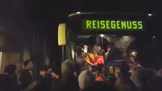 Sachsens Innenminister prüft den Einsatz gegen den fremdenfeindlichen Mob in Clausnitz. Die Polizei verweist auf provozierende Gesten der Flüchtlinge im Bus. Das Vorgehen sei verhältnismäßig gewesen Grölende Menge stoppt Flüchtlings-Bus