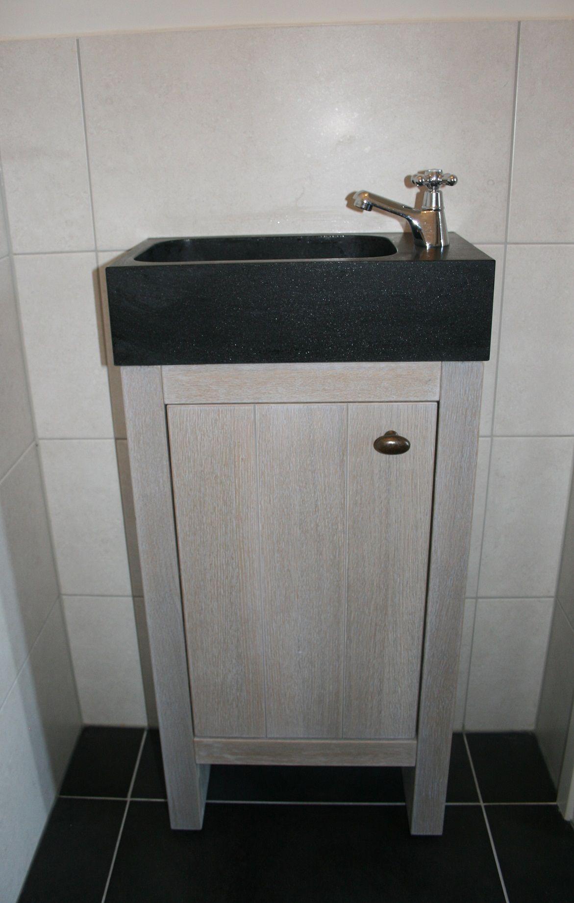 landelijk wc fonteintje met zwart granieten wasbakje gezien bij