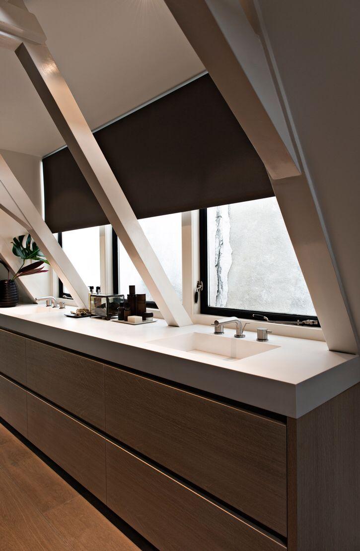 Wastafel onder het raam in het dakkapel | badkamer dakkapel ...
