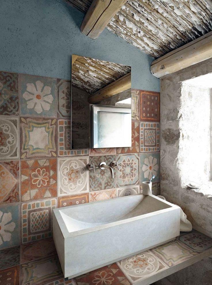 Rustikales Badezimmer Mit Einem Puristischen Waschbecken Und Einer Schön  Bunten Wandgestaltung In Brauntönen.