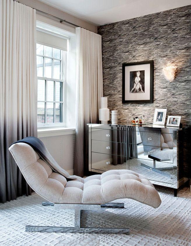 zimmer einrichten in grau mit sideboard silber und polsterliege und