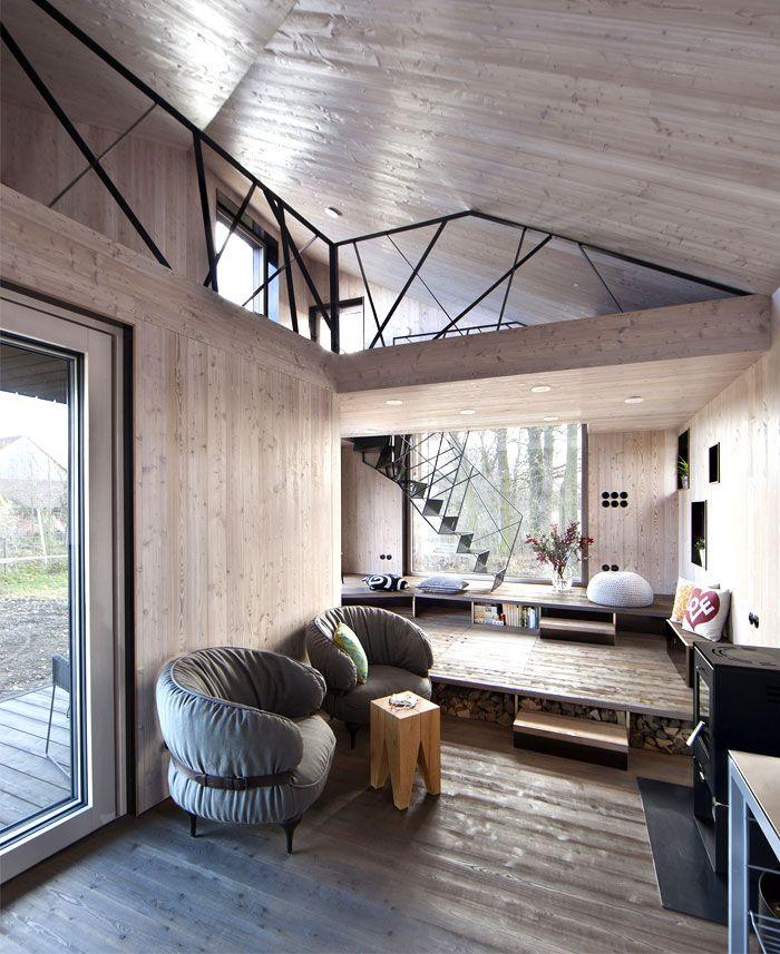 maison contemporaine en bois avec une forme originale intrieur chaletidee deco - Deco Interieur Maison Contemporaine